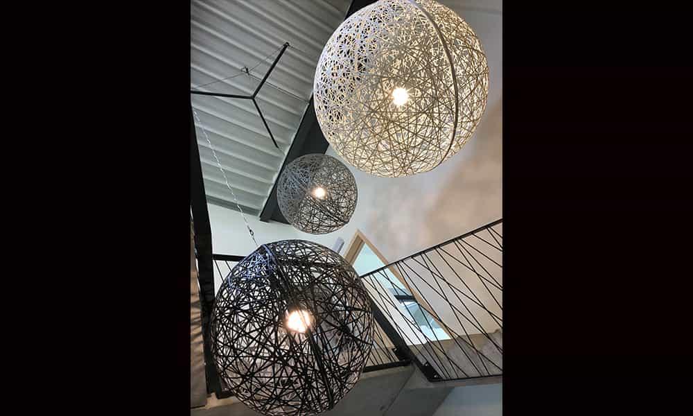 Décoration fibre minérale lustre batiment atrium