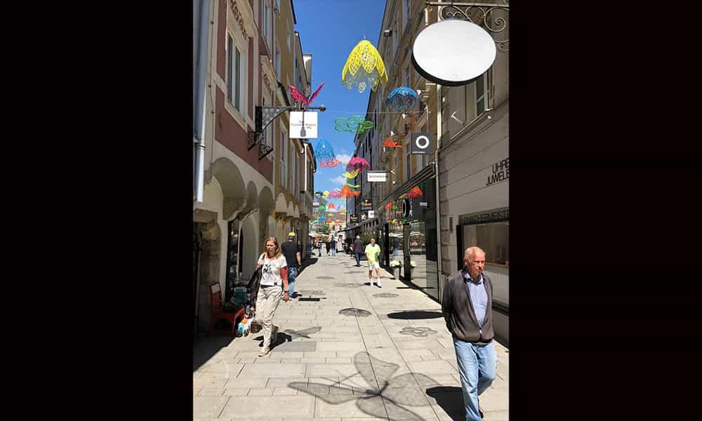 décoration fibre minérale suspension rue commercante